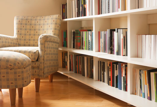 4 fun ways to organize your bookshelf